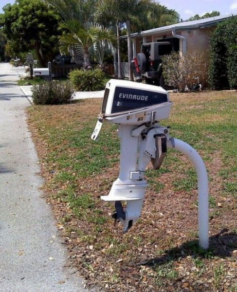 Outboard-motor mailbox in front of a house